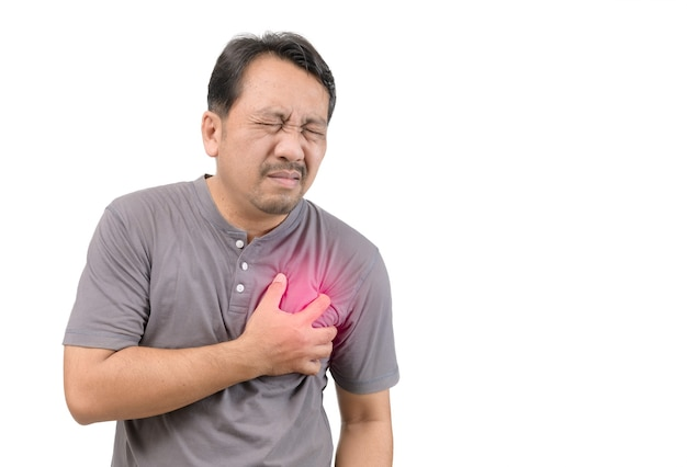 Zawał serca, mężczyzna z bólem w klatce piersiowej na białym tle z czerwoną kropką
