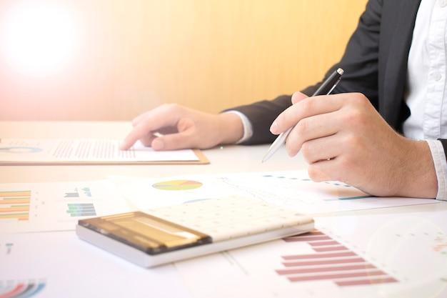 Zawał serca słowa na drewnianych klockach na żółtym tle. koncepcja etyki biznesu.