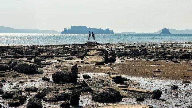 Zawalony most nad plażą i morzem