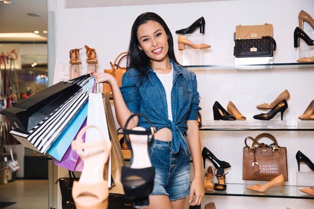 Zawartość kobiety stwarzających w sklepie z torbami