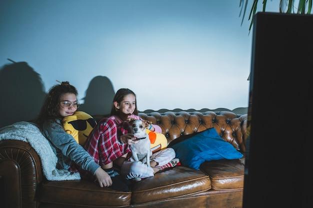 Zawartość nastoletnich dziewcząt oglądających film