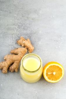 Zawartość zdrowia i diety. naturalny system immunologiczny wspiera kit-imbir i napój cytrynowy. jasnoszare tło, format pionowy.