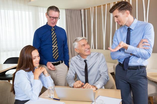 Zawartość zespołu biznesu omawianie pomysłów w cafe