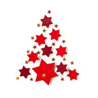 Zawiera czerwone i złote gwiazdy jako choinka na białym tle ścieżki przycinającej
