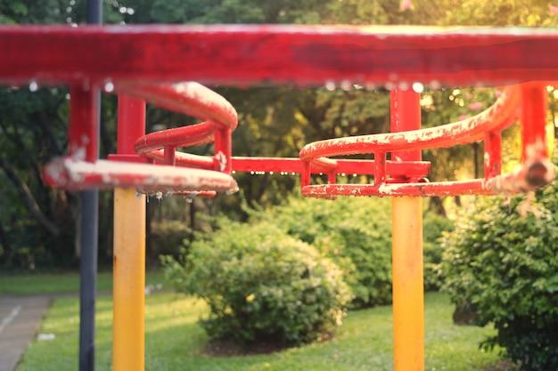 Zawieś się na barze dla dzieci bawiące się w publicznym parku