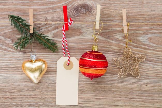 Zawieszka z dekoracjami świątecznymi i pustą zawieszką wiszącą na linie