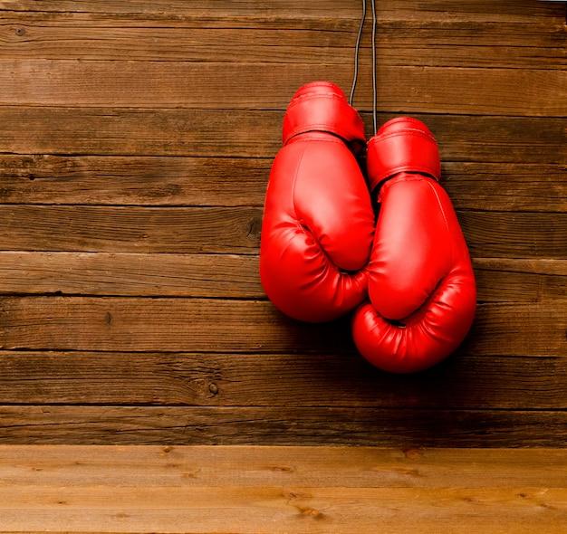 Zawieszono dwie czerwone rękawice bokserskie