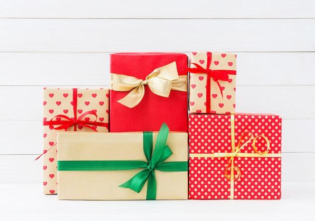 Zawijający prezentów pudełka na białym drewnianym tle. skopiuj miejsce