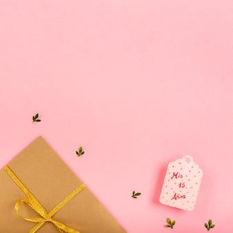 Zawijający prezenty na różowym tle z kopii przestrzenią