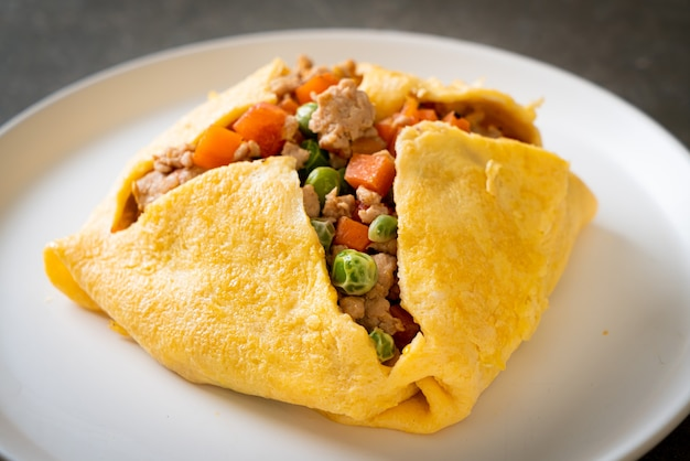 Zawijane jajko lub jajko faszerowane mieloną wieprzowiną, marchewką, pomidorem i zielonym groszkiem