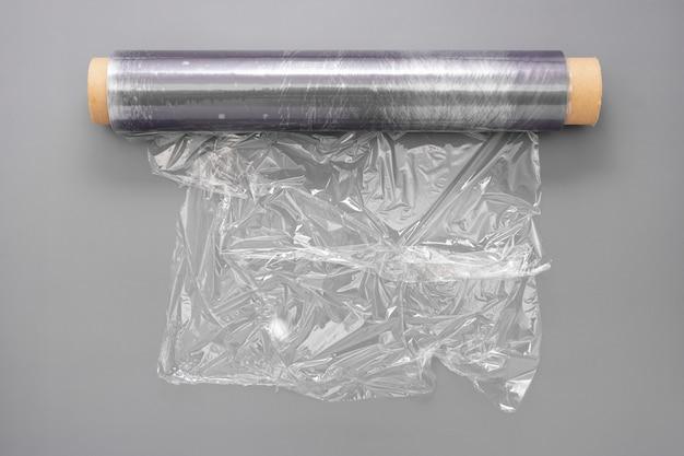 Zawijanie plastikowej rolki folii stretch, abstrakcyjne pojęcie odpadów z tworzyw sztucznych. skopiuj miejsce