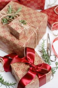 Zawijanie prezentów papierem rzemieślniczym i dekorowanie wstążkami i rozmarynem