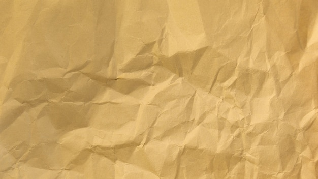 Zawijanie zmiętej kartki papieru na biało