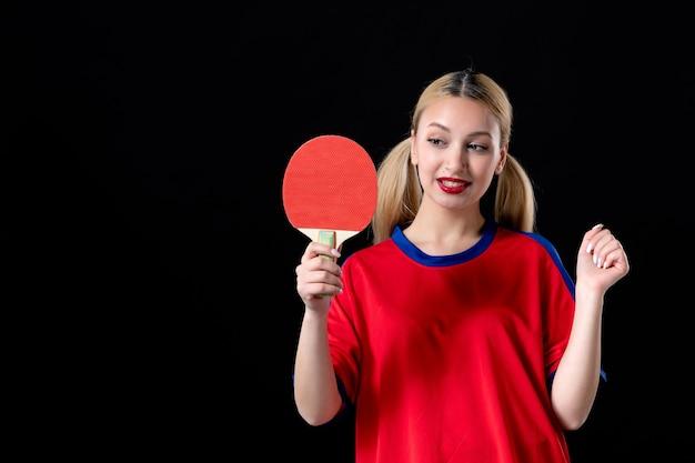 Zawodniczka z rakietą do tenisa stołowego na czarnym tle gra sportowiec sport grać
