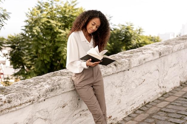 Zawodnik bez szans kobieta czyta na zewnątrz