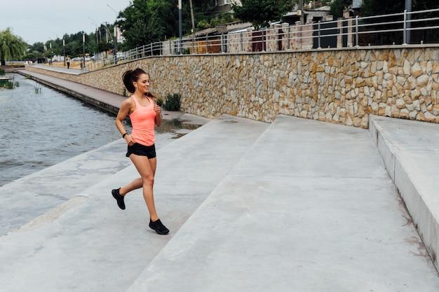 Zawodnik bez szans kobieta jogging na schodkach
