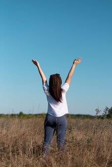 Zawodnik bez szans kobieta patrzeje niebo
