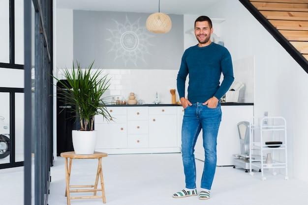 Zawodnik bez szans mężczyzna w błękitów ubraniach indoors