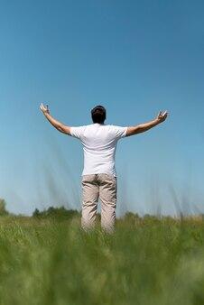 Zawodnik bez szans młody człowiek patrzeje niebo