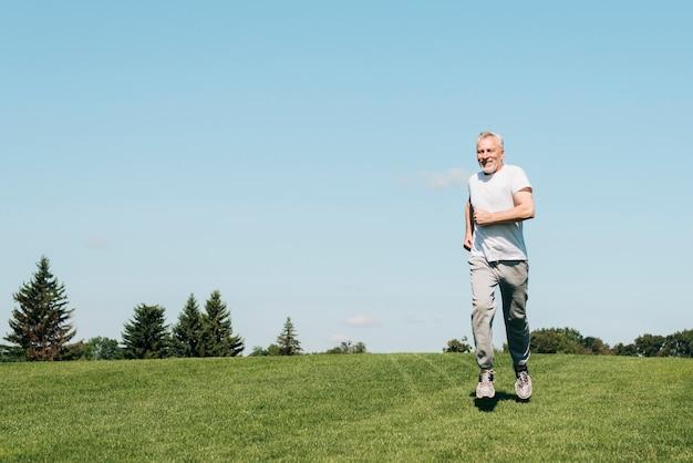 Zawodnik bez szans stary człowiek biega w naturze
