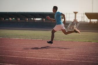 Zawodnik biegający samotnie po torze