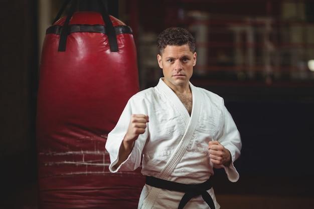 Zawodnik karate ćwiczy w klubie fitness