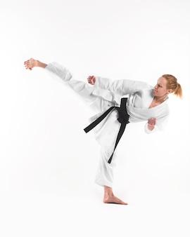 Zawodnik karate robi kopnięcie boczne