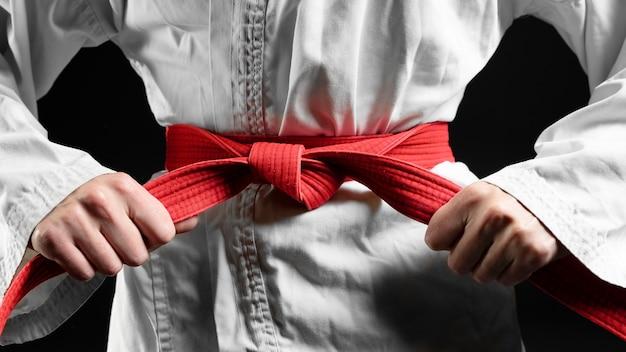 Zawodnik karate z czerwonym pasem