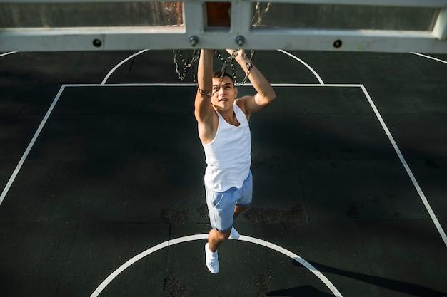 Zawodnik koszykówki wyskakuje strzał