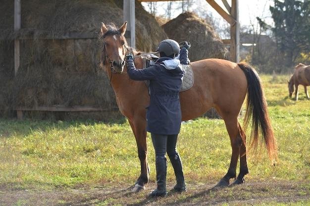Zawodnik z koniem przygotowujący się do startów.