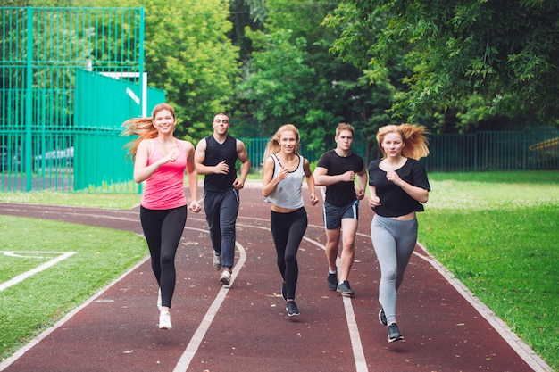 Zawodowi biegacze biegający po torze wyścigowym.