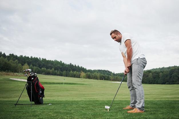 Zawodowy golfista celujący strzałem z klubem na kursie. golfista na polu golfowym, który chce zabić