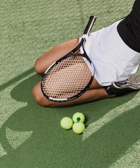 Zawodowy sportowiec ze sprzętem do tenisa