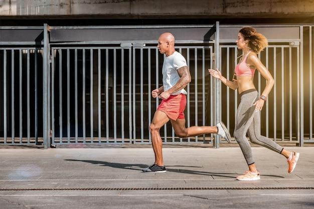 Zawody sportowe. silny młody człowiek wygrywający maraton podczas szybkiego biegu