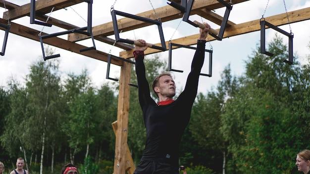 Zawody sportowe w przyrodzie. mężczyźni wykonują ćwiczenia