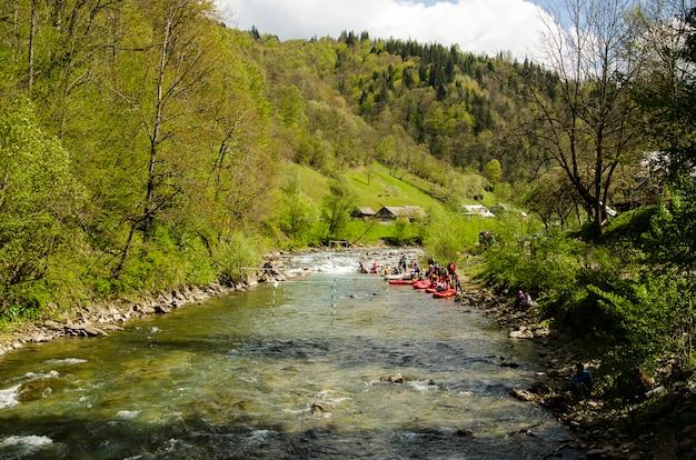 Zawody w raftingu na górskiej rzece