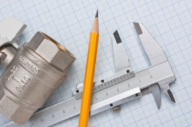 Zawór wlotowy wody na przestrzeni papieru milimetrowego
