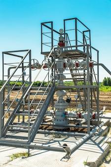 Zawór z manometrem na platformie gazowej i rurze gazowej
