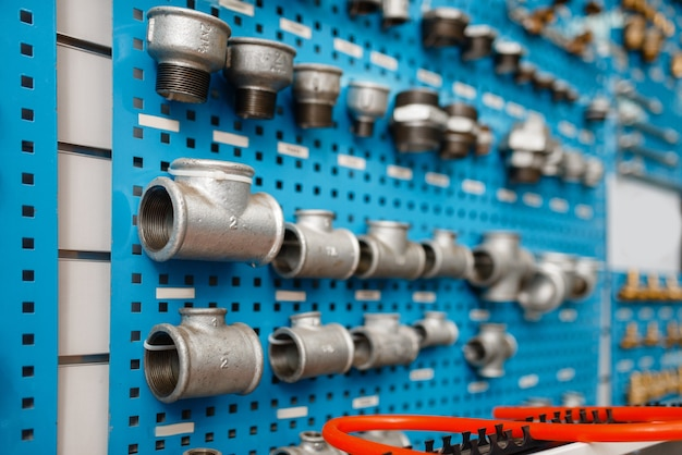 Zawory wodne i adaptery do rur na gablocie, w sklepie hydraulicznym. profesjonalny sklep inżynierii sanitarnej, nikt, nowoczesna technologia wodno-kanalizacyjna