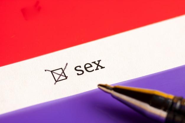 """Zaznaczone pole wyboru ze słowem """"sex"""". koncepcja kwestionariusza."""
