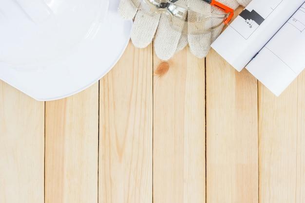 Zbawczy wyposażenie i narzędziowy zestaw na drewnianym tle z kopii przestrzenią. bezpieczeństwo osobiste