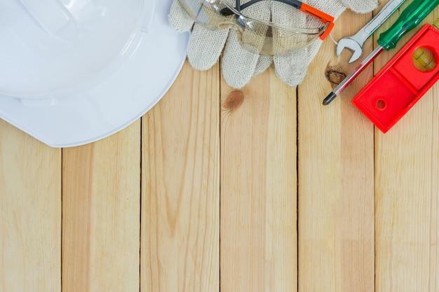 Zbawczy wyposażenie i narzędziowy zestaw na drewnianym tle z kopii przestrzenią