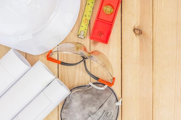 Zbawczy wyposażenie i narzędziowy zestaw na drewnianym tle