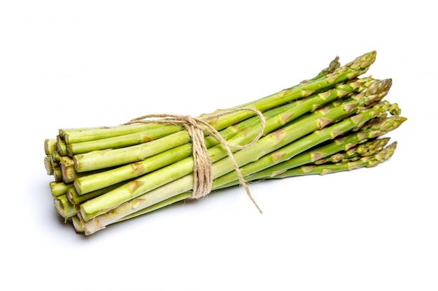 Zbierający asparagus odizolowywający na bielu