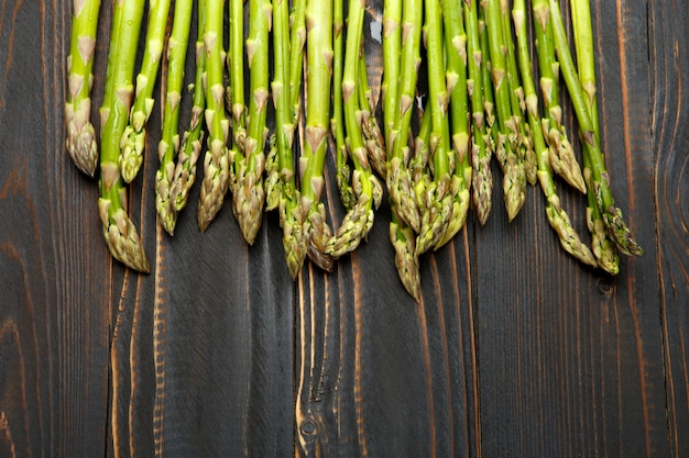 Zbierane szparagi na drewnianych