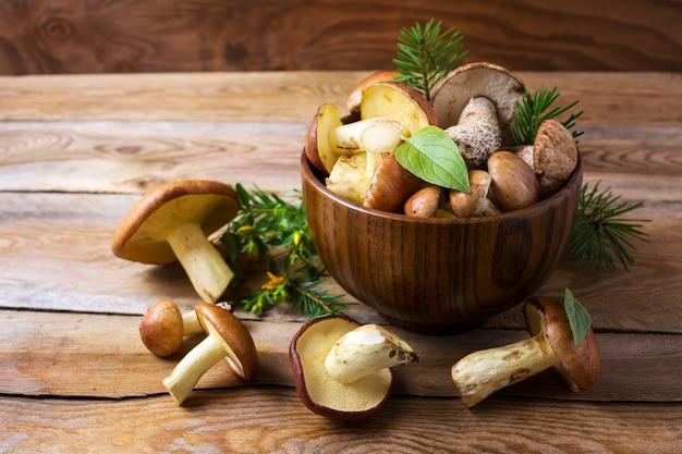 Zbieranie grzybów leśnych w drewnianej misce