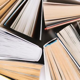 Zbieranie książek w zbliżeniu