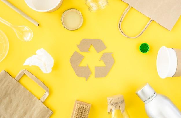 Zbieranie odpadów plastikowych i kartonowych w widoku z góry