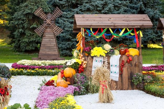 Zbierz warzywa na sprawiedliwy handel w drewnianym pawilonie. sezonowa tradycyjna ukraińska wystawa osiągnięć rolników. produkty rolne, rynek wiejski.