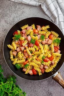 Zbilansowany posiłek na obiad lub kolację. kuchnia włoska.